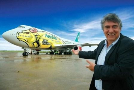 Humberto Roca presentando el avión