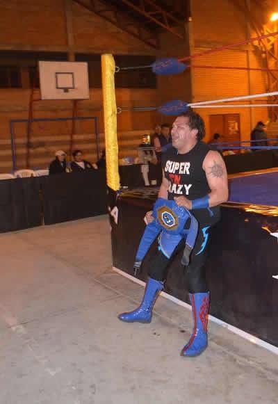 Súper Crazy paleó en EEUU contra Rady Orton, Rey Mysterio y Jeff Hardy.