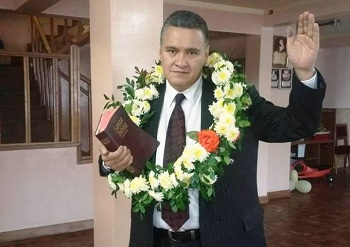 El abogado volvió a su casa acompañado de la misma Biblia con la que entró a San Pedro en mayo pasado