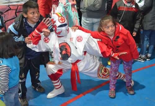 El Ninja Boliviano causa admiración en los más pequeños